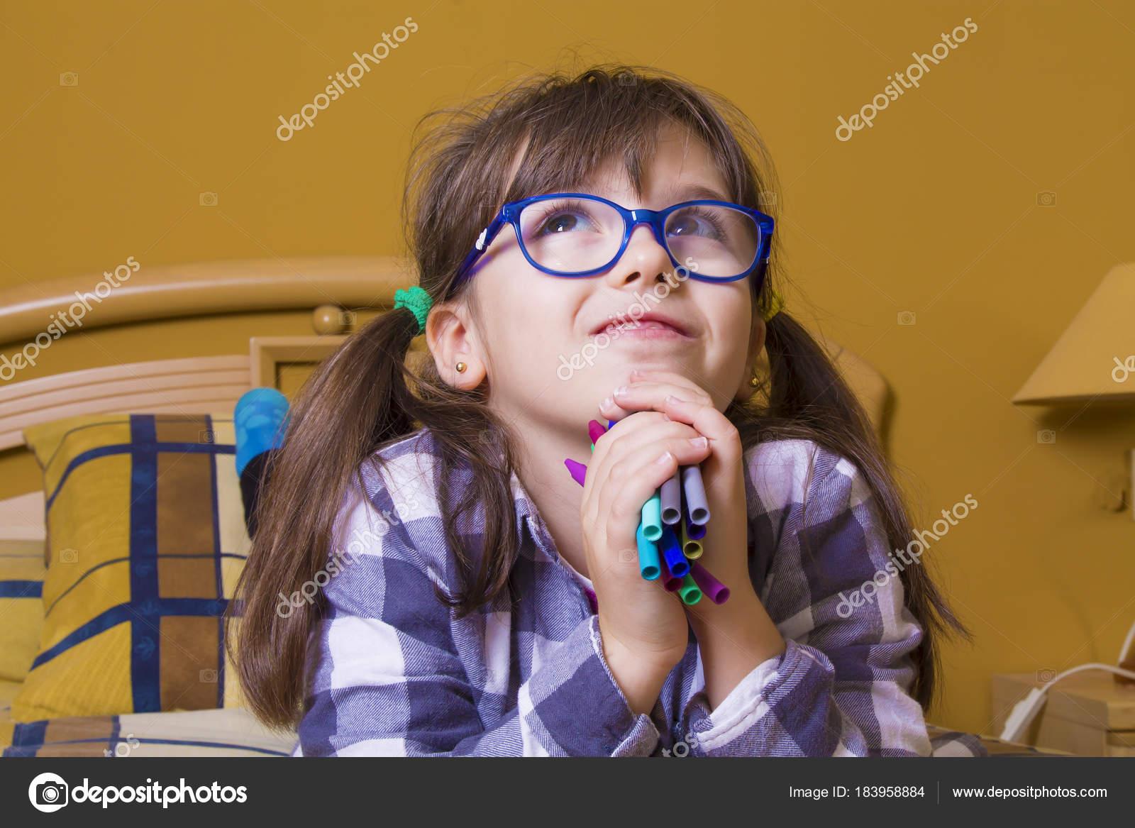 Kleines Madchen Mit Farbstiften Zeichnen Stockfoto C Tetxu 183958884