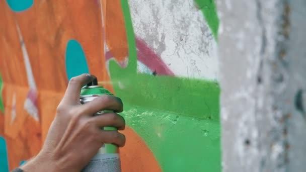 muž kreslení graffiti na ulici zdi