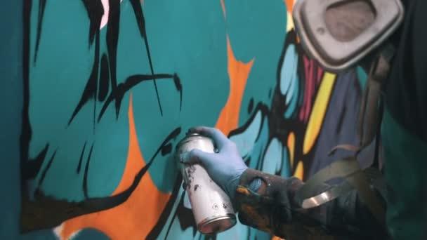 muž kreslení graffiti
