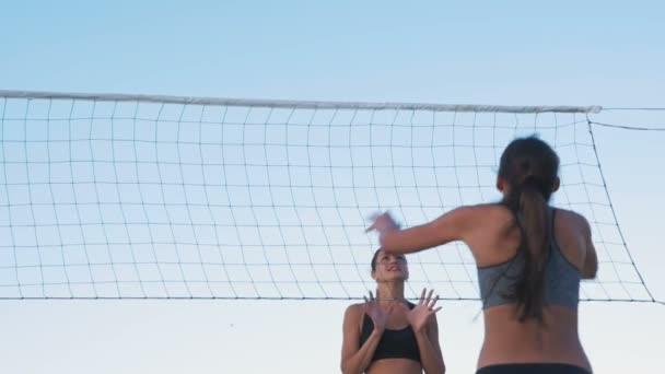 ženy hrají volejbal