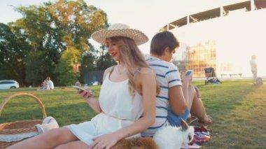 Šťastný pár pomocí mobily