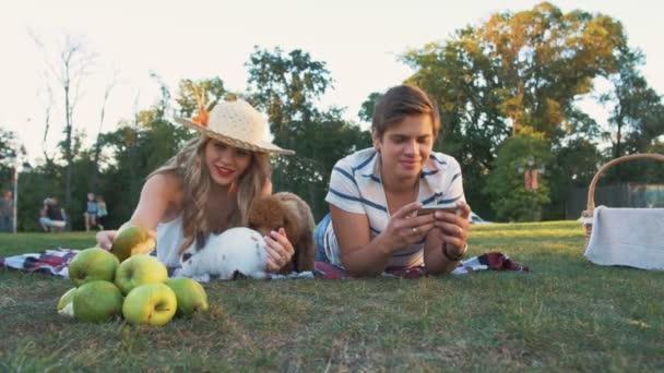 glückliches Paar mit Hund und Kaninchen