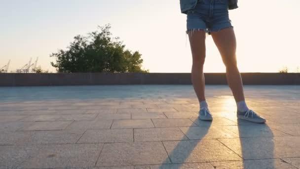 Mode Frau mit Longboard