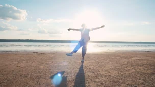 glückliches Mädchen am Meeresufer