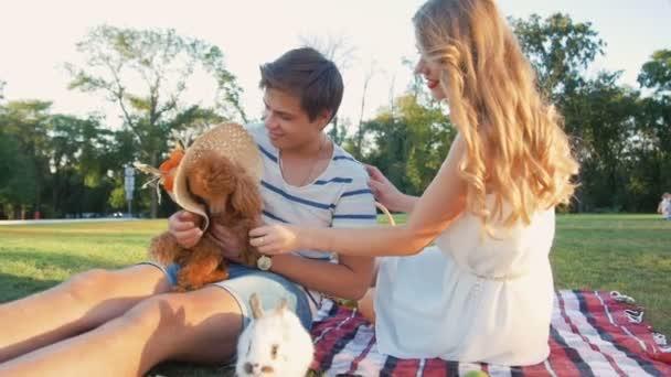 junges Paar mit Hund und Kaninchen