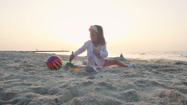 malá holčička hrát na pobřeží moře