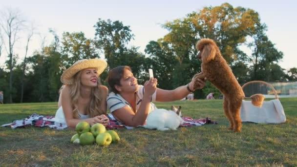 Paar macht Foto von süßem Hund
