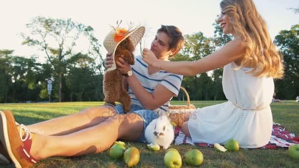 Paar mit Hund und Kaninchen