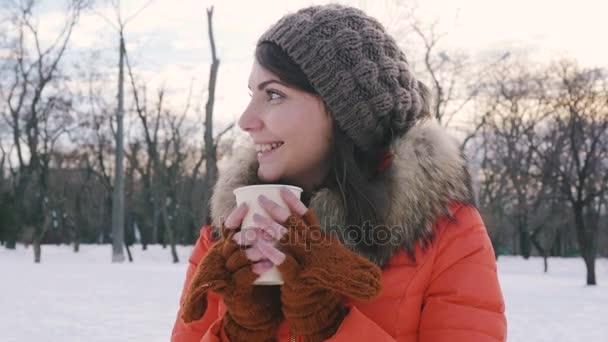 žena pít kávu