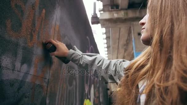 žena kreslení graffiti