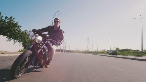 muž na koni motocykl na silnici