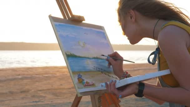 zpěvačkou malování na pláži