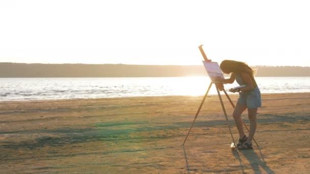 weibliche Künstler Malerei am Strand