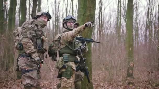 muž v chránit uniformu s pistolí na podzimní lesní hra strikeball