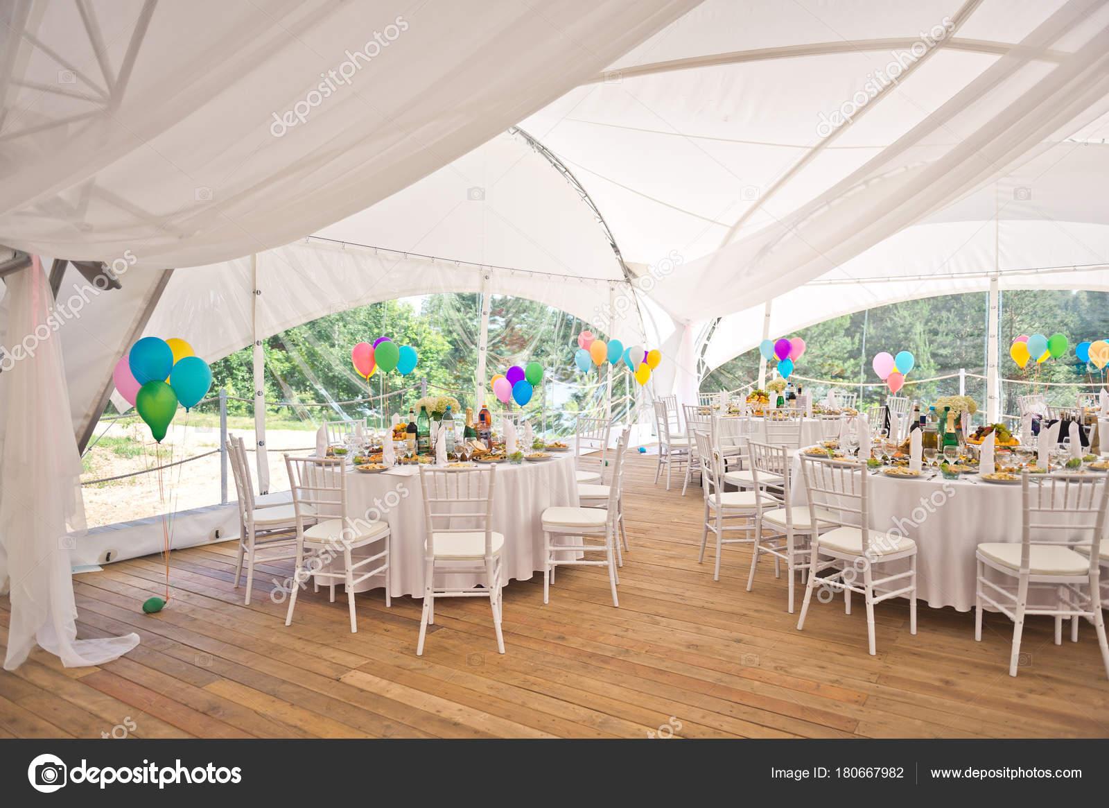 Vorbereitet Fur Die Feier Der Hochzeit Ein Grosses Zelt Im Freien