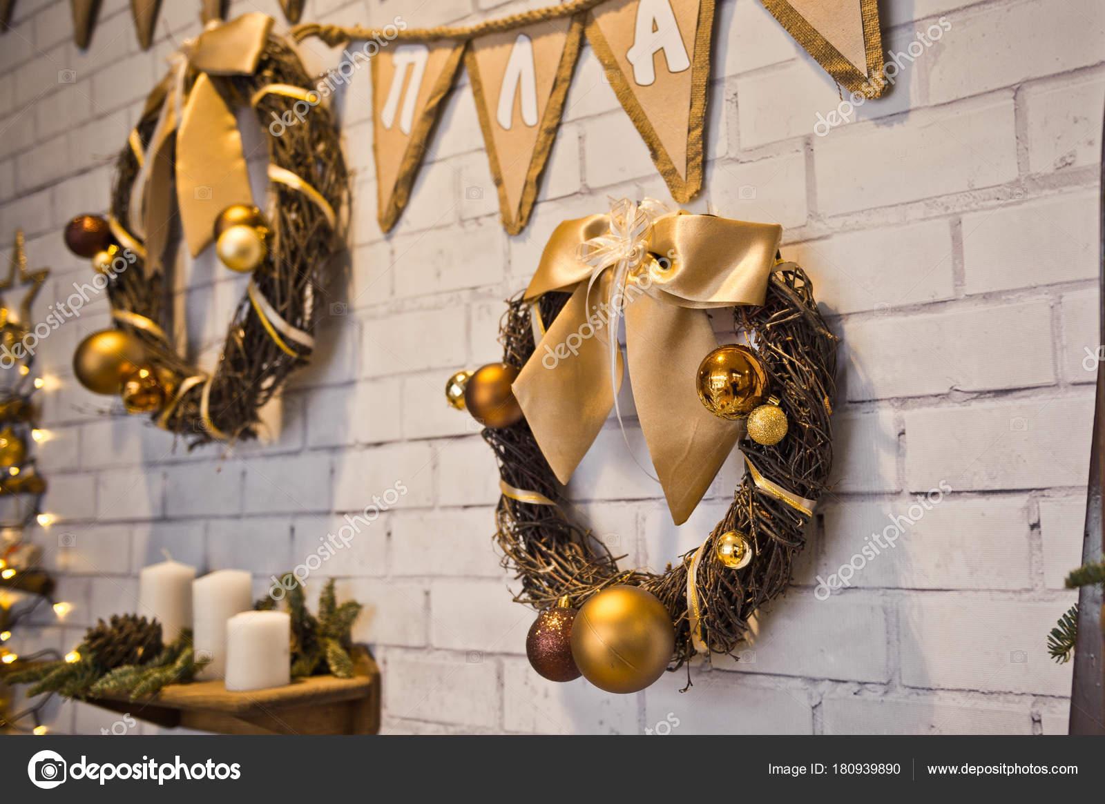 Parete Doro : Corona di parete con ornamenti d oro u foto stock