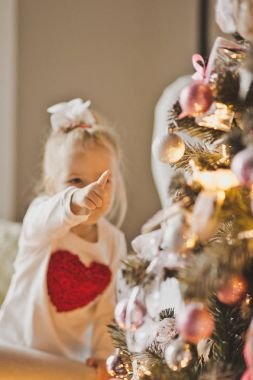 Portrait of a child in Christmas decorations 7282.