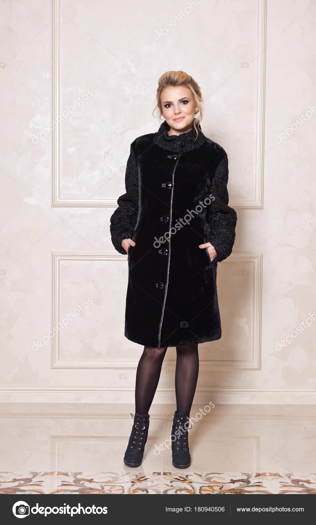 Φωτογραφίες Studio για διαφήμιση των γούνινα παλτά και παλτά ... 10007eb9528