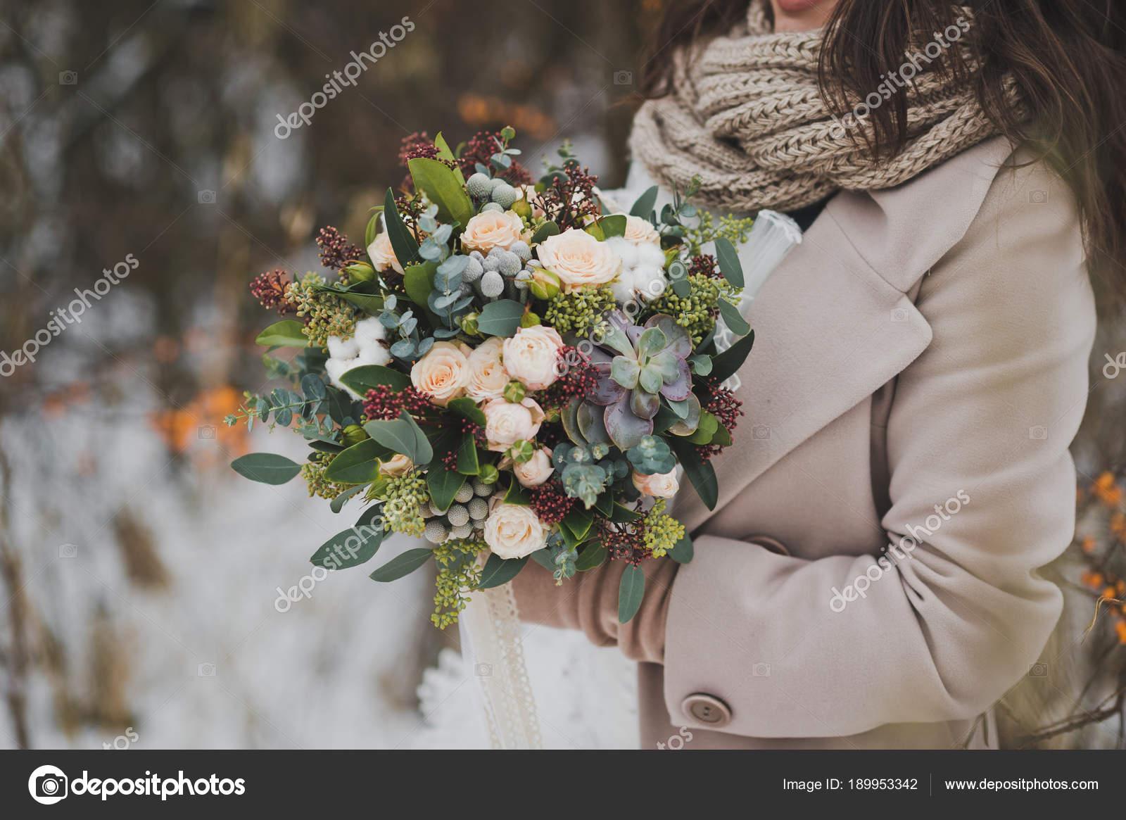 L Original Bouquet De Fleurs Dans Les Mains Des Femmes