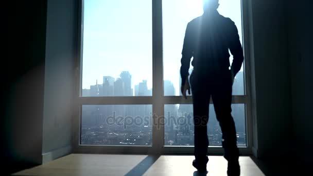 silhouette d\'homme debout à la fenêtre dans son ensemble — Vidéo ...