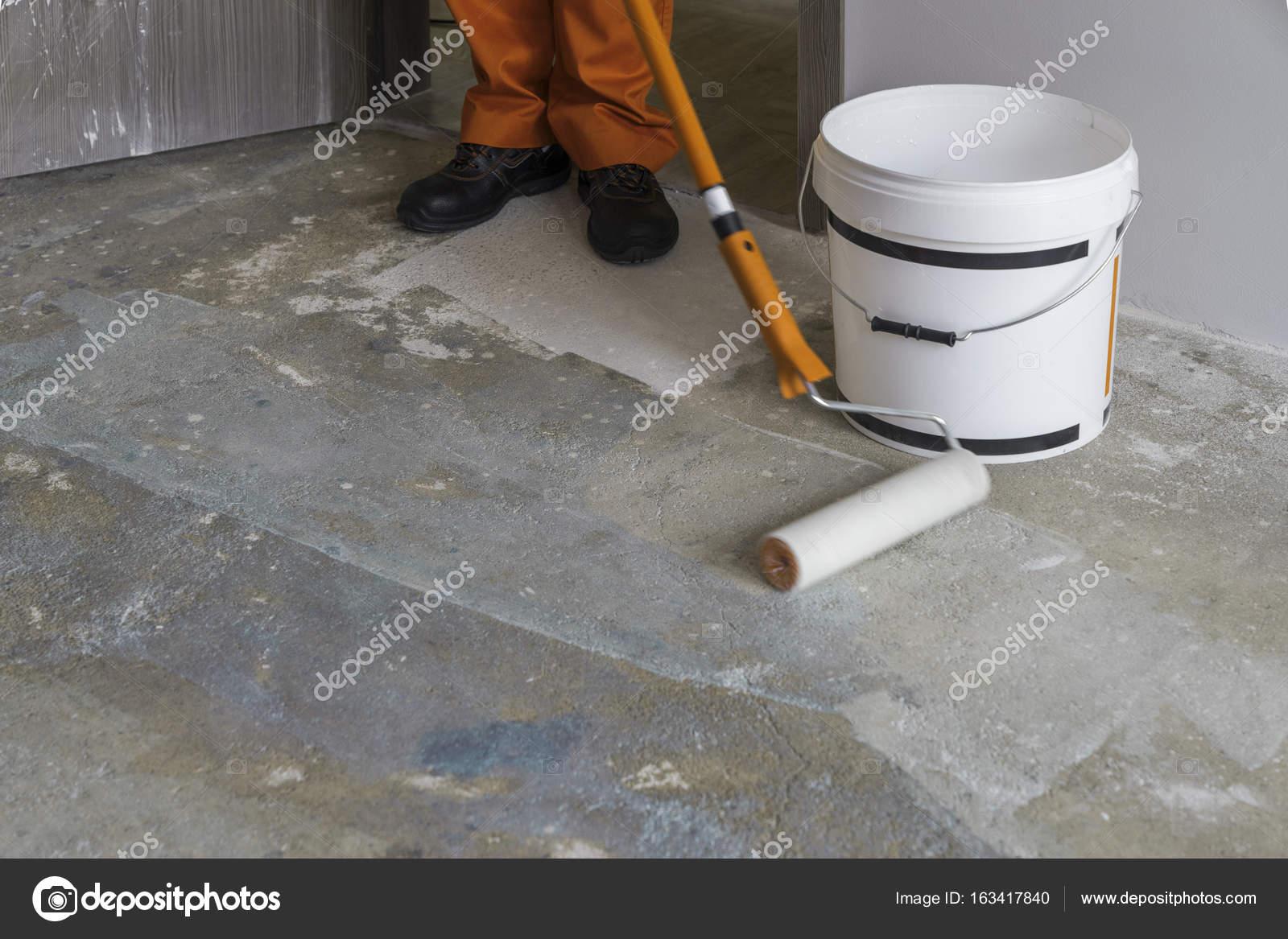 Wohnung im Bau. Arbeiter aufsetzt Grundierung mit Walze — Stockfoto ...