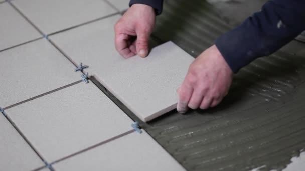 Master mette colle pavimento piastrelle posa della colla
