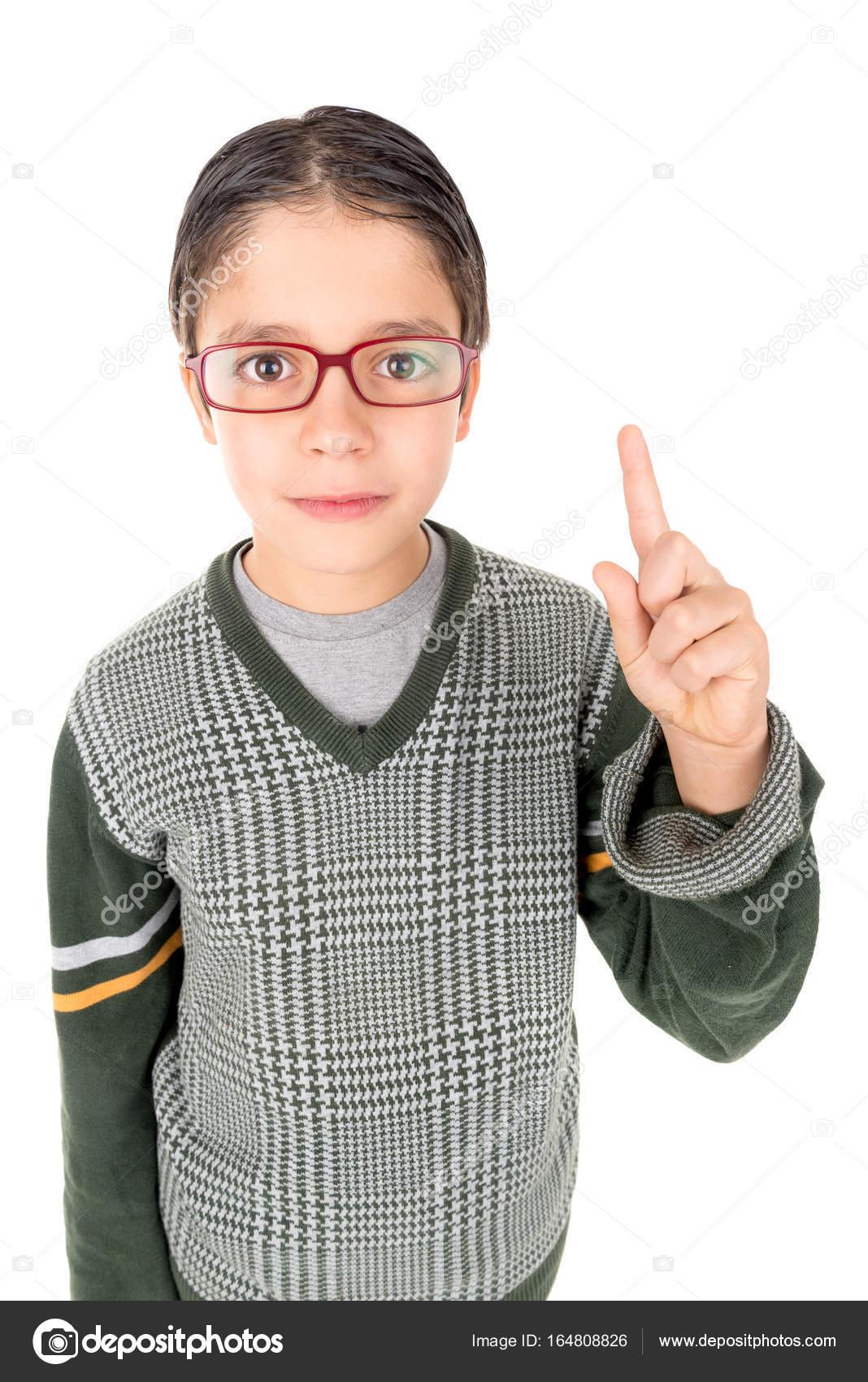 26e5fd0720 Ευτυχισμένος nerd θέτοντας απομονωθεί σε λευκό φόντο — Εικόνα από luislouro