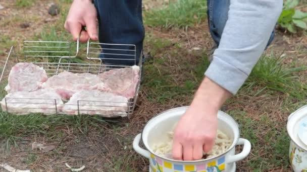 Vaření potravin piknik. Řízení, příprava jídla na grilu. Grilovací kebab na uhlí. Grilujte maso. Cook grilování masa na grilu. Šašlik