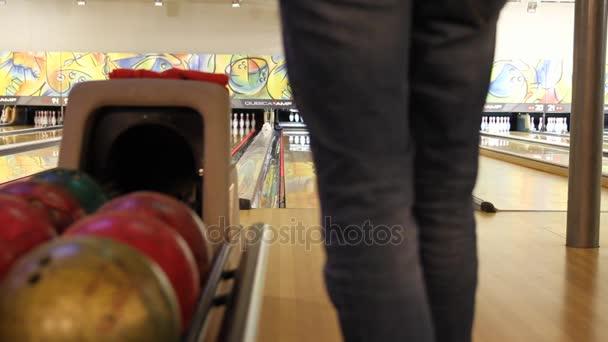 Lidé hrající hru bowlingu na malém městě bowlingu