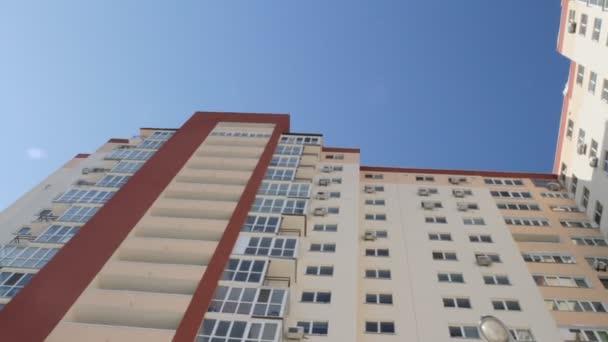 moderní budova byty - byty - balkón - windows - blue sky.