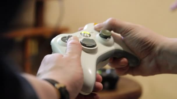 Ember játszik videó játék a joystick.