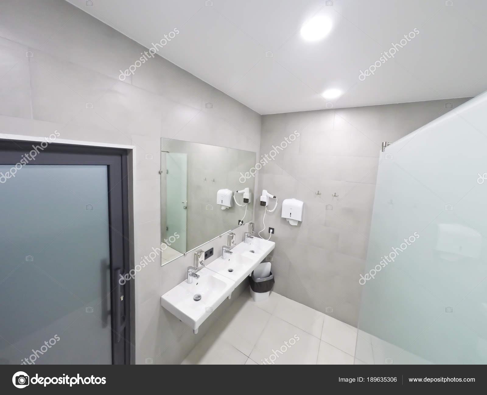 Intérieur de la salle de bain avec douche et lavabo dans le bureau ...