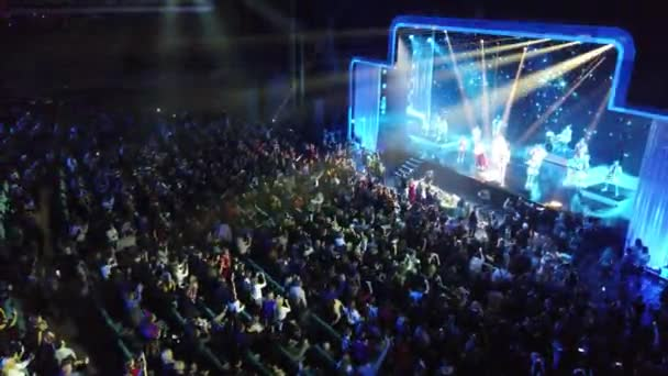 Kyjev, Ukrajina, Evropa - 4. prosince 2019: Plný sál diváků během Silvestrovského koncertu. Koncertní osvětlení, reflektory v koncertní síni. Celkový pohled na letecký pohled na koncertní síň.