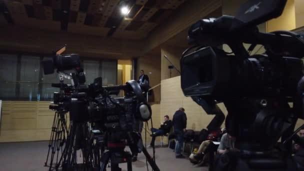Europa, Kiew, Ukraine - Februar 2020: Die Arbeit der Videofilmer auf dem Forum. Viele Camcorder drücken während der Übertragung. Camcorder vor Sendebeginn.