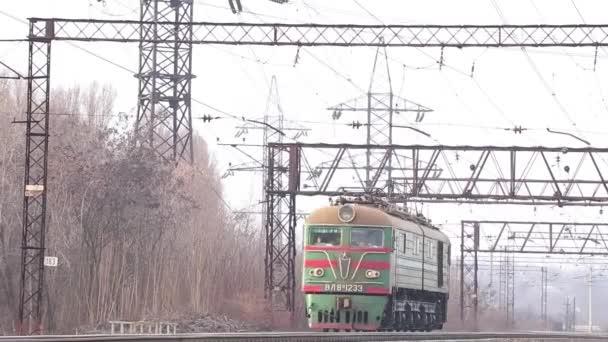 Ukrainischer Güterzug fährt im Herbst auf der Schiene