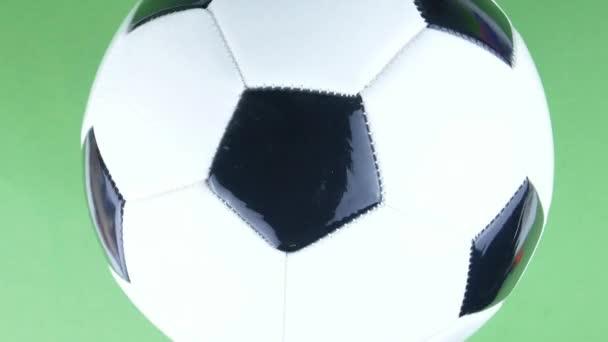 Fotbalový míč rotující na zeleném pozadí. Fotbal. Mistrovství. Evropa. Svět. Olympiáda. Sport.