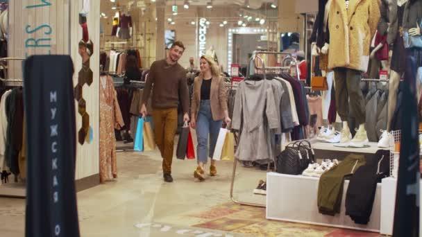 Šťastný pár procházka v obchodě s balíčky
