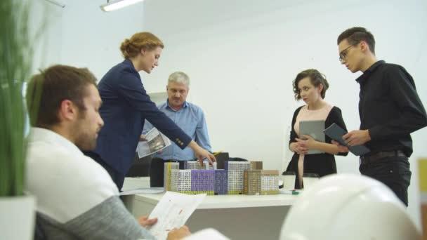 Setkání inženýrů, žen a mužů diskutovat o projektu domů