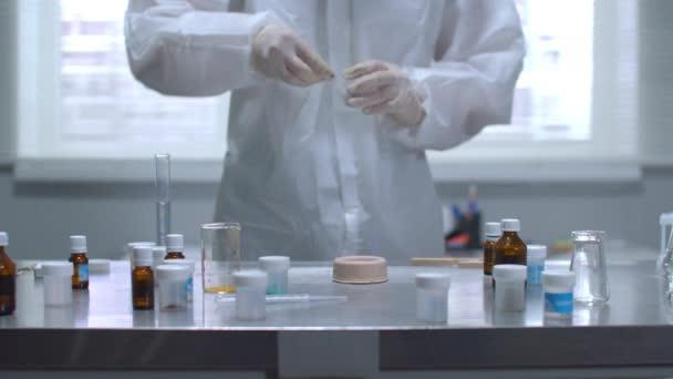 Mann in Schutzkleidung und Handschuhen setzte Labor in Brand