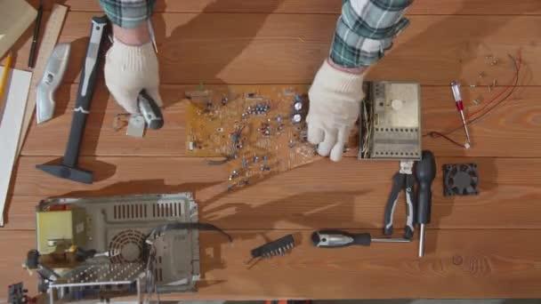 Počítačový opravář klade nástroje na stůl
