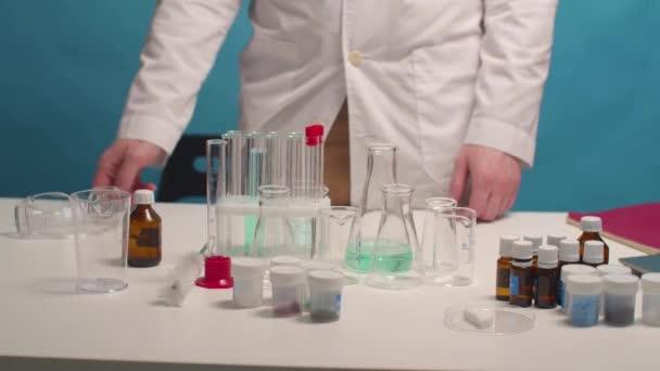 Labortechniker setzt vor der Arbeit Schutzbrille auf