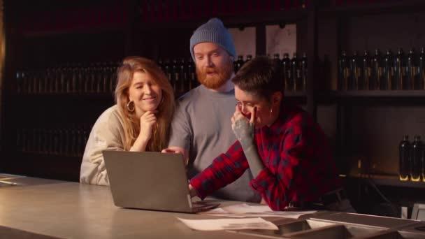 Tätowierer zeigt Mann-Frau-Tätowierung auf Laptop