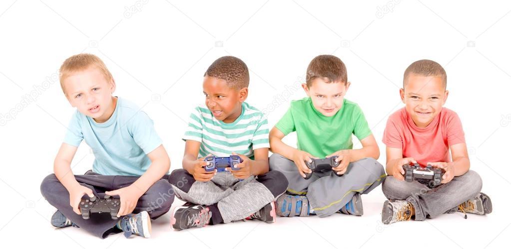 Ninos Jugando Videojuegos Fotos De Stock C Verkoka 130372070