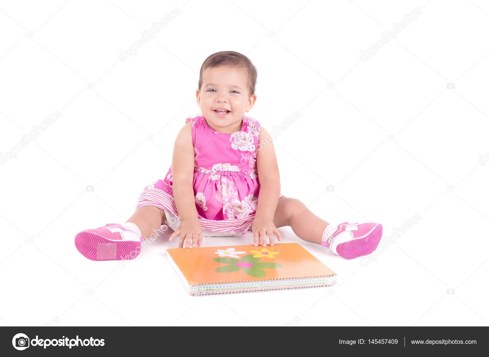 14e84d26d100ea Babymeisje in roze jurk met album voor tekening geïsoleerd op witte  achtergrond — Foto van ...