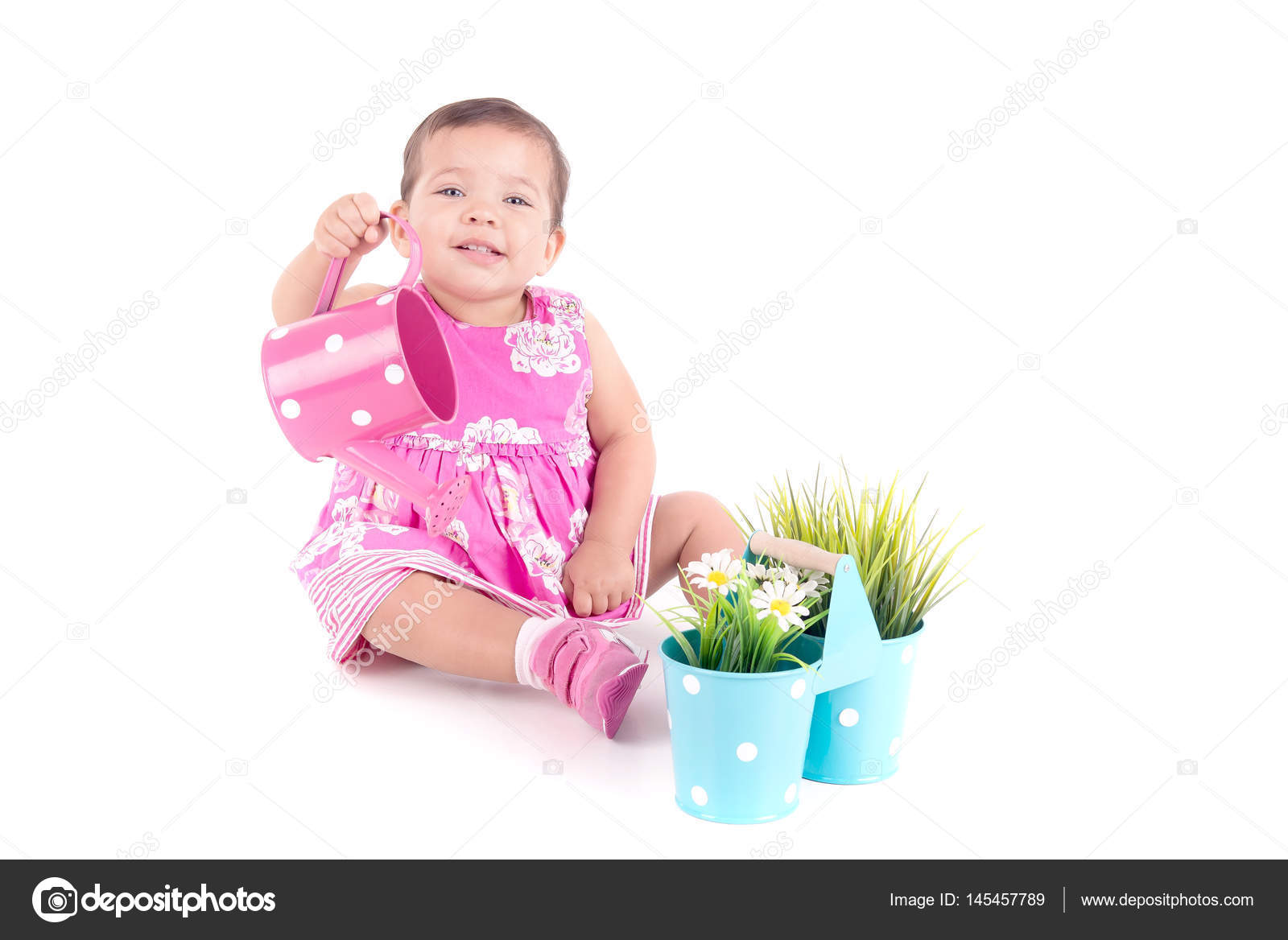 f3d99aea821e1d Babymeisje in roze jurk drenken bloempotten geïsoleerd op witte achtergrond  — Foto van ...