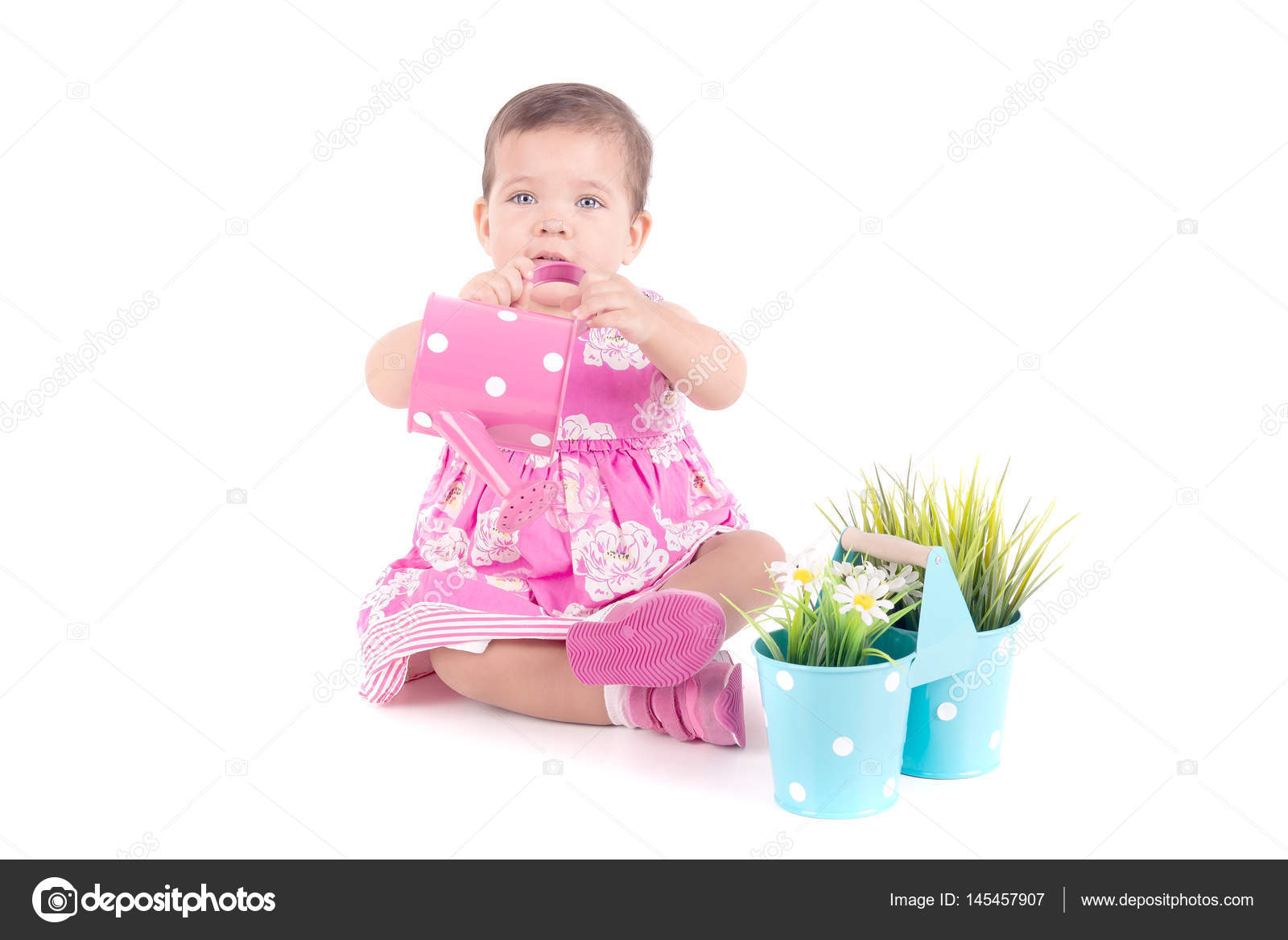 7e110aed5a353b Babymeisje in roze jurk drenken bloempotten geïsoleerd op witte achtergrond  — Foto van verkoka