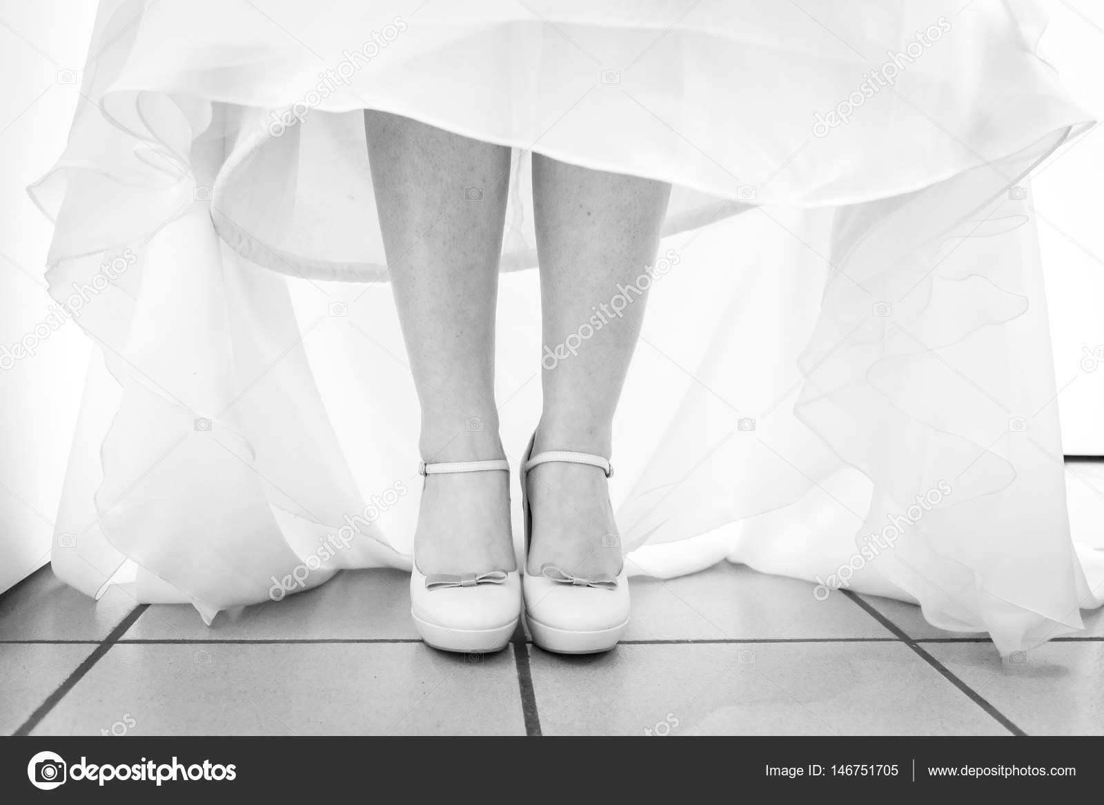 Braut im Hochzeitskleid Schuhe anziehen — Stockfoto © elitravo ...
