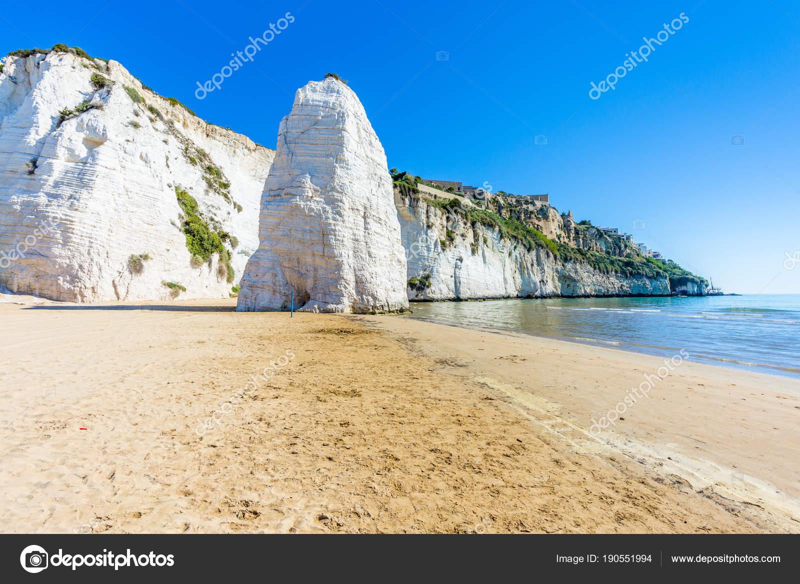 Vista della spiaggia di pizzomunno roccia alla puglia for 3 piani di design da spiaggia