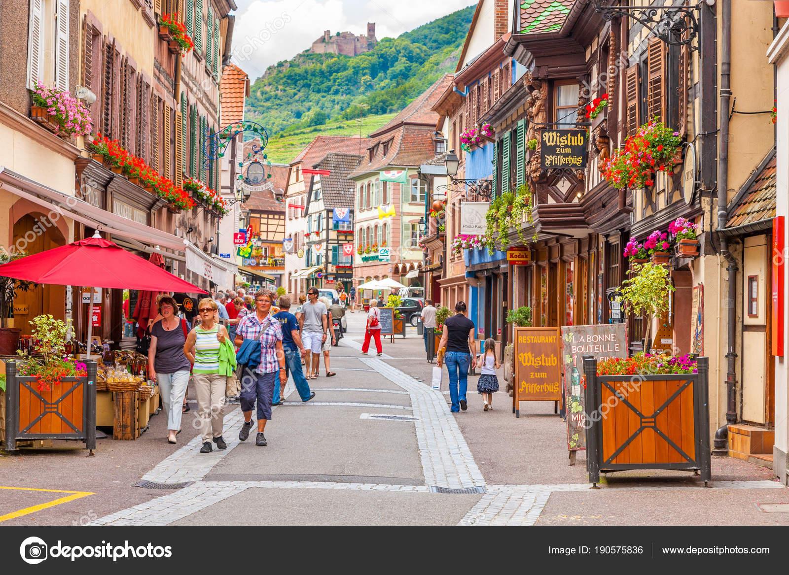 754185f7ac5ae Village de RIBEAUVILLE avec coloré traditionnels français maisons à  colombages