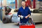 Mechanik pracuje na auto v auto opravna